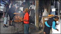 les barbecues nous attirent par leur délicieuses odeur de poulet boucané