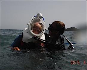 la mise en place du scaphandre avant plongée